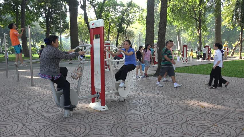 photo-city-park-vietnamese-people